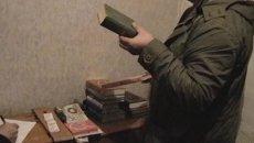 Оперативные кадры обыска дома под Кировом, где нашли тайник с бомбами