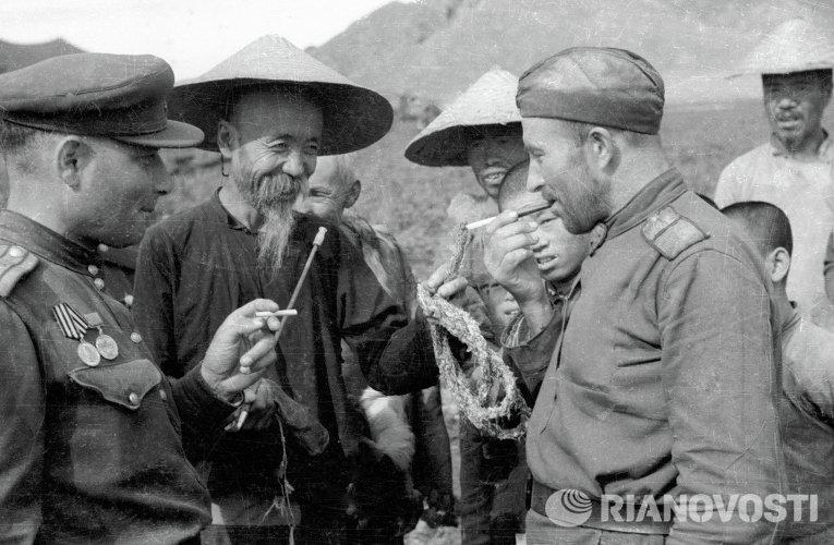 Солдаты разговаривают с местными жителями