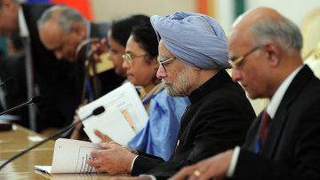 Премьер-министр Индии Манмохан Сингх (второй справа) во время рабочей встречи с президентом России Владимиром Путиным в Кремле