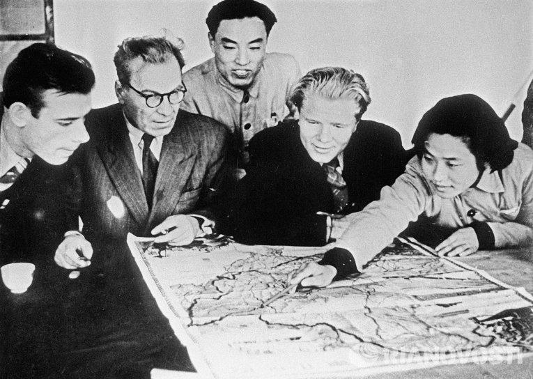 В провинции Хэйлунцзян советские и китайские специалисты изучают материалы о природных условиях района