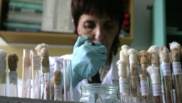 Работа вирусологической лаборатории. Архивное фото