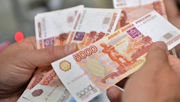 Передача денег во время сделки. Архивное фото.