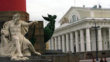 Здание Биржи на Стрелке Васильевского острова в Петербурге. Архивное фото
