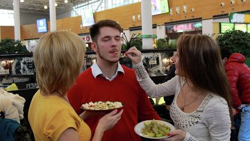 Жительницы Новосибирска устроили раздачу сладостей в торговом центре