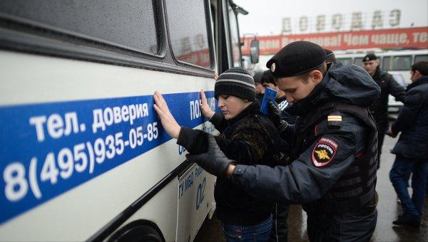 Сотрудники полиции проверяют документы у граждан