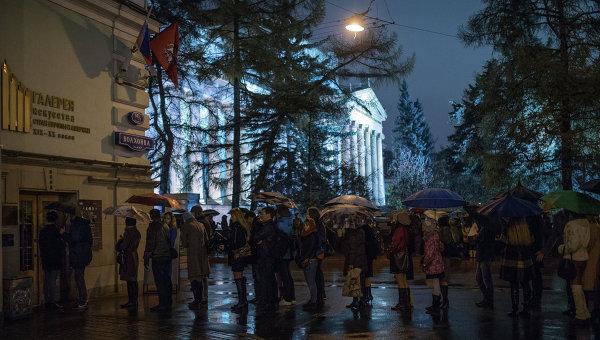 Посетители стоят в очереди в Государственного музей изобразительных искусств имени Пушкина в Москве.