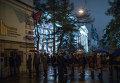 """Посетители """"Ночи музеев"""" стоят в очереди в Государственного музей изобразительных искусств имени Пушкина в Москве."""