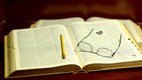 Чтение книги в библиотеке. Архивное фото
