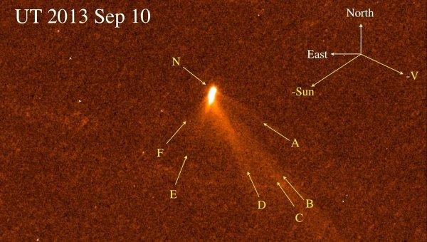 Комета P/2013 P5 на снимке с телескопа Хаббл, стрелками показаны пылевые хвосты