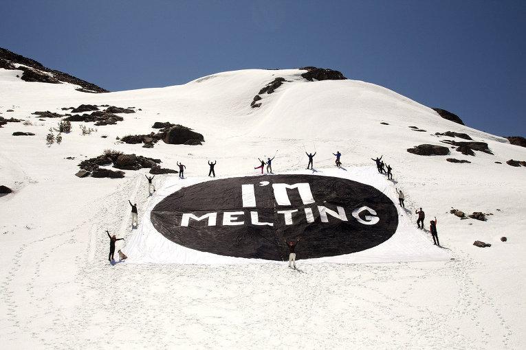 Активисты развернули плакат Я таю на леднике Дэйна в Калифорнии