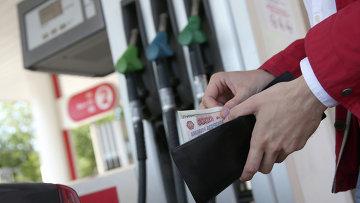 Мужчина оплачивает бензин. Архивное фото