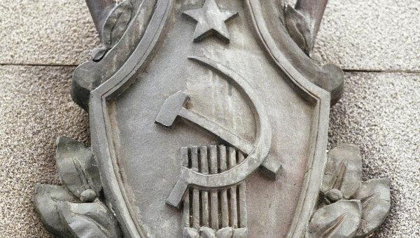 Эмблема на здании Федеральной службы безопасности. Архивное фото