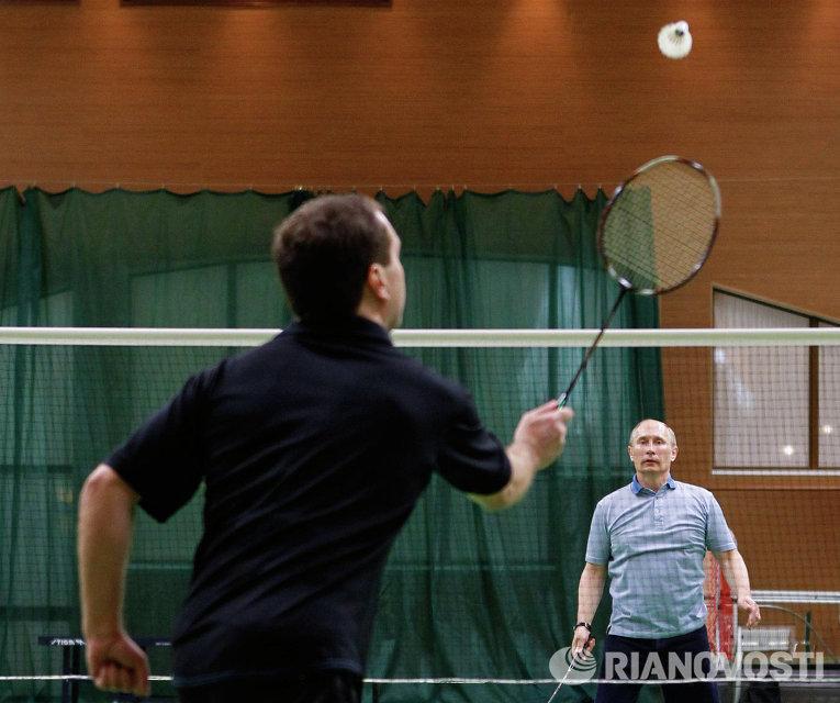 Дмитрий Медведев и Владимир Путин играют в бадминтон