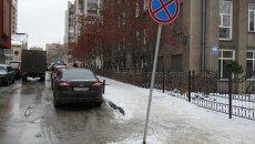 Парковка под запрещающим знаком. архивное фото