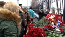 Люди несут цветы и игрушки к аэропорту в Казани, где разбился самолет