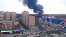 Клубы черного дыма вырывались из горящего склада в подмосковном Королеве