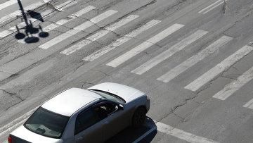 Автомобиль перед пешеходным переходом, архивное фото