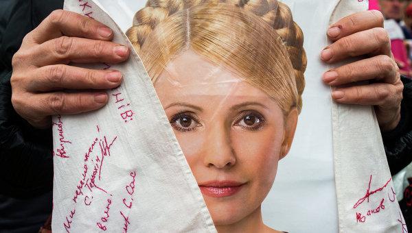 Сторонник экс-премьер-министра Украины Юлии Тимошенко с ее портретом, архивное фото