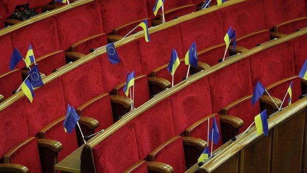 Украинские флаги и флаги Евросоюза видны перед началом заседания парламента в Киеве. Фото с места события