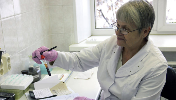 Сотрудница центра  Анти-СПИД оформляет документы клиентов, сдавших кровь на ВИЧ-инфекцию