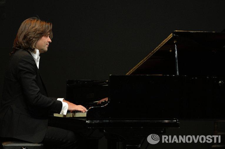 Народный артист России Дмитрий Маликов выступает на церемонии вручения премии Звезда Театрала