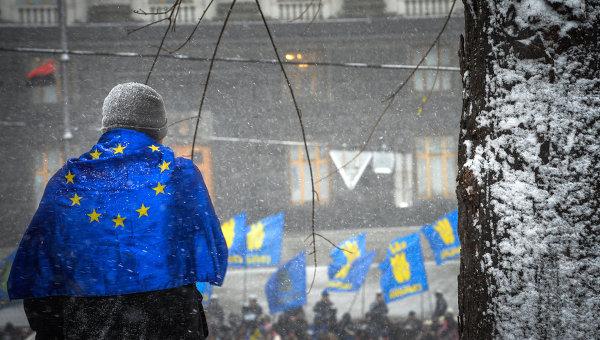 Человек с флагом ЕС в Киеве. Архивное фото