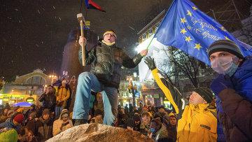 Снос памятника Ленину в центре Киева. Архивное фото