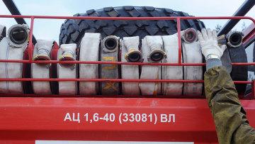 Пожарные рукава на пожарной машине МЧС России. Архивное фото