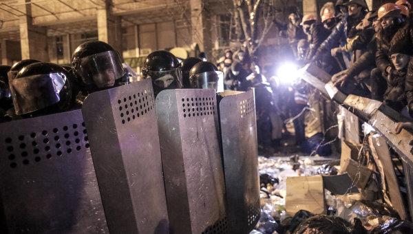 Сотрудники правоохранительных органов Украины и сторонники евроинтеграции на площади Независимости в Киеве. 11 декабря 2013