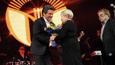 Томас Андерс после исполнения песни Нежность дарит цветы автору – композитору Александре Пахмутовой