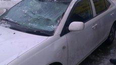Снег с крыши упал на автомобиль в Томске, событийное фото