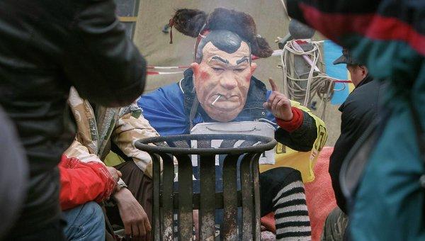 Протестующий в маске Януковича греется в центре Киева