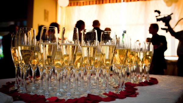 Бокалы с игристым вином. Архивное фото