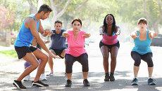 Групповая тренировка на улице. Архивное фото