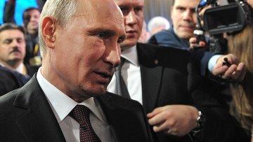 Президент России Владимир Путин отвечает на вопрос о М.Ходорковском после окончания большой ежегодной пресс-конференции в Центре международной торговли на Красной Пресне