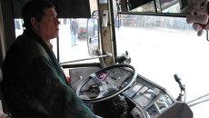 Водитель автобуса за рулем. Архивное фото