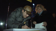 Москвичи на митинге собирали подписи за референдум по платным парковкам