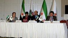 Лидер Нацкоалиции Сирии Ахмад Джарба (в центре). Архивное фото