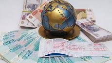 Авиабилет и деньги. Архивное фото