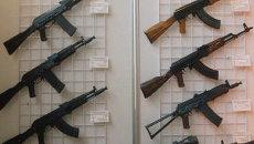 Автоматы М. Калашникова на оружейной выставке. Архив