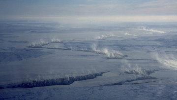Облака над трещинами во льдах Арктики,архивное фото