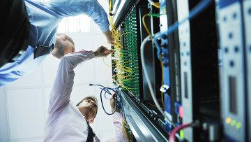 Инженеры в серверной комнате, архивное фото