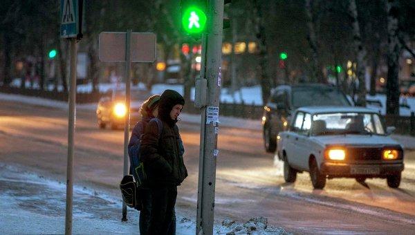 Школьники у светофора в Новосибирске. Архивное фото