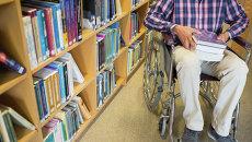 Мужчина на инвалидной коляске. Архивное фото