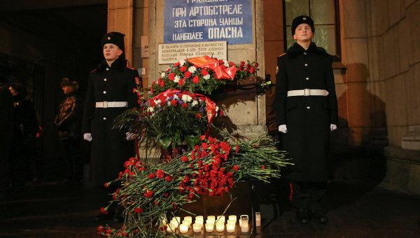 Возложение цветов к памятной доске в годовщину снятия блокады в Петербурге. Архивное фото