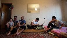 Семья мигрантов из Таджикистана, архивное фото