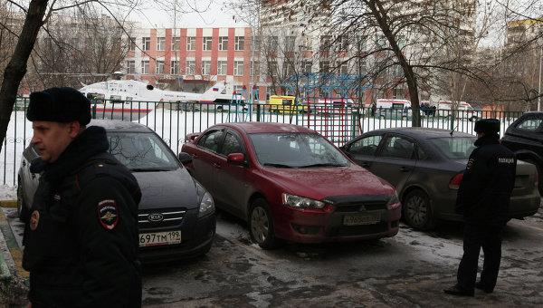 Сотрудники полиции возле московской школы № 263. Фото с места события