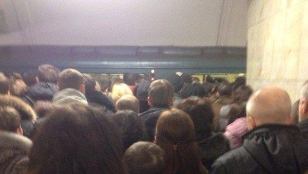 Толпы пассажиров скопились на оранжевой ветке из-за проблем в метро. Архивное фото