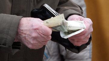 Пенсионер считает деньги. Архивное фото