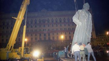 Демонтаж памятника Ф.Э. Дзержинскому в Москве. Архивное фото